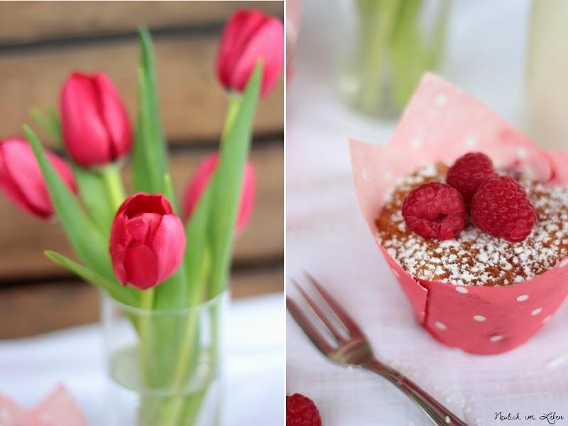 Himbeermuffin mit weißer Schokolade und rote Tulpen