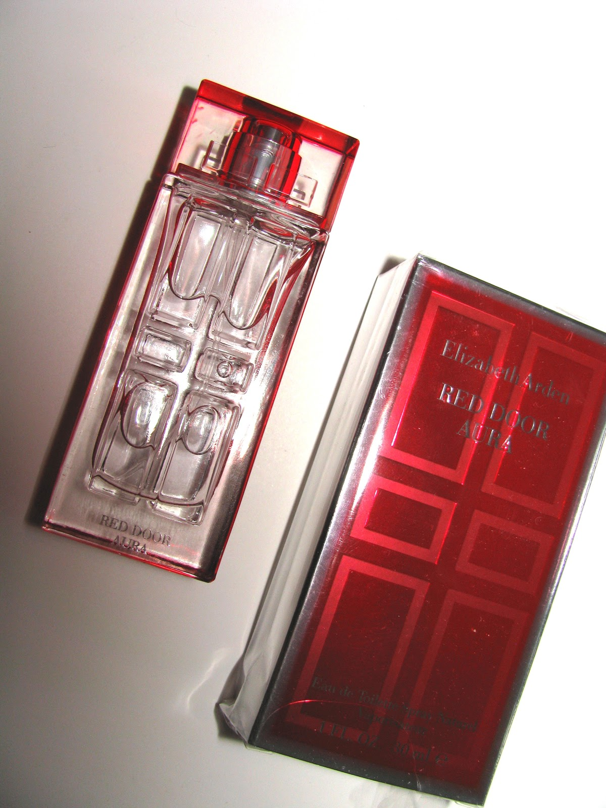 red door aura is a lighter fruitier floral than red door with notes of raspeberry bergamot and orange blossom at the top it has a floral burst tinged