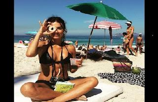 """Depois de desabafar e dizer que o Brasil é um """"país de m...."""", Thaila Ayala parece ter feito as pazes com o país. Prova disso é uma foto que a atriz postou em uma rede social, em que aparece curtindo uma praia do Rio de Janeiro e exibindo o corpão de da inveja. Na legenda, ela escreveu: """"Em um caso sério de amor! Dreads + Mate + biscoito Globo + Rio + cinema."""""""