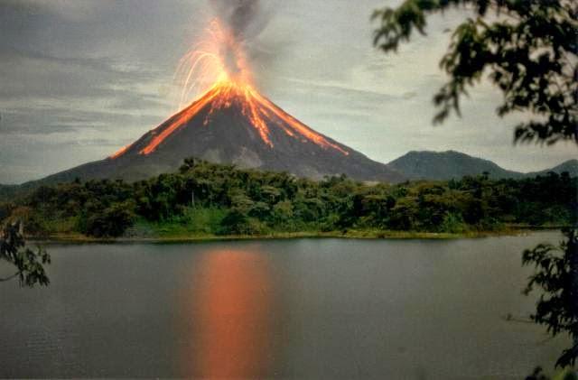 Volcán Arenal en plena erupción. Costa RIca.
