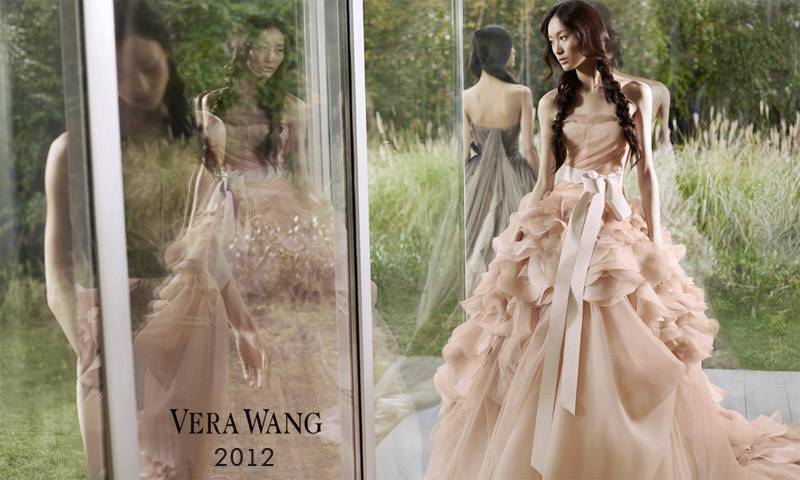Модельеры всегда черпают вдохновение из природы, цветы, несомненно, являются самым ярким акцентом. Цветочный дизайн в свадебных платьях словно рассказывает