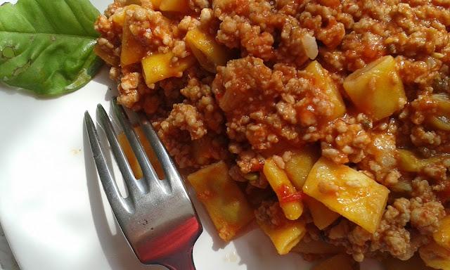fasolka, sos mięsno- pomidorowy
