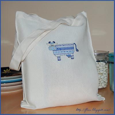 сумка с вышитой коровой, вышивка корова, голубая корова вышивка, вышивка авторская схема