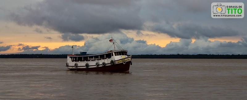 Barco navega ao final da tarde através da baía do Guajará, em Belém - Pará