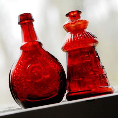 Jenny Lind e garrafas de Cape May vermelho amargo