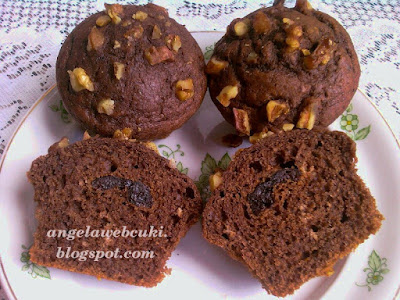 Kakaós muffin aszalt szilvával töltve, darabolt dió darabokkal.
