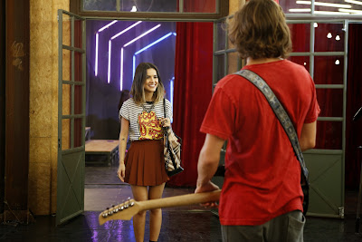 Vicki (Manu Gavassi) chega para ser a nova vocalista da banda de Pedro (Rafael Vitti) Crédito: Globo/Ellen Soares