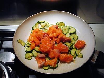 Procedimento Pasta con salmone e zucchine - Passaggio 4