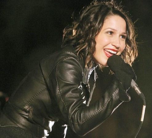 Jennifer Peña cantando