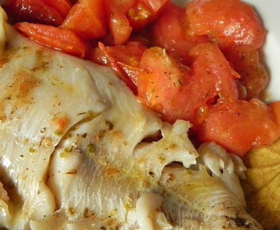 Рыба в деревенском стиле с сушеными травами и свежими помидорами. Аффтар: КонАццкий Syndrom