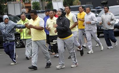 anggota polis gemuk lelaki dan perempuan berlari untuk kuruskan badan