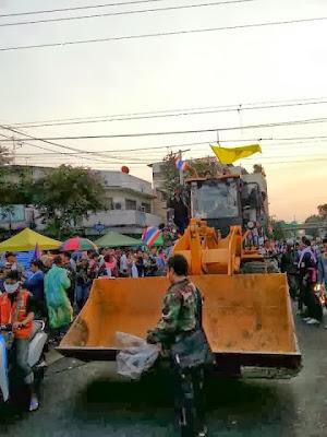 la-proxima-guerra-manifestantes-en-tailandia-con-excavadoras
