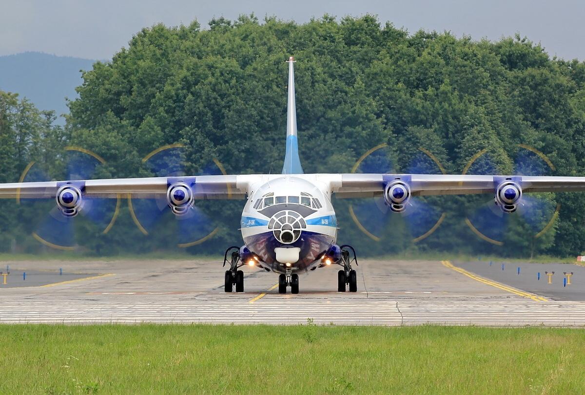 http://1.bp.blogspot.com/-WsgGvIH8YeI/UElCM-G8YiI/AAAAAAAALc8/ihYWv_uvcb0/s1600/antonov_an12_taxiing_propeller_engine.jpg