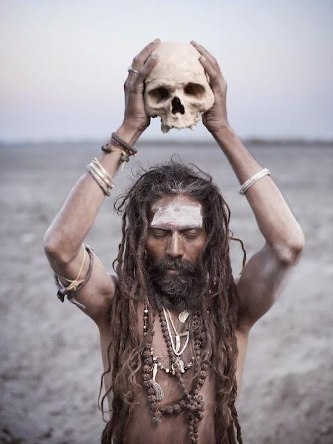 joey L portraits de sadhu de l'inde indoux crane humain rituel puja corps recouvert de cendre