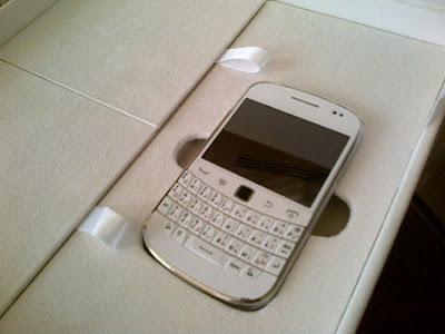 http://1.bp.blogspot.com/-WtNFT6yG3WY/TpMBfpiRXCI/AAAAAAAAERQ/pfB8nb7LKd0/s400/White%2BBlackberry%2BBold%2B9900%2Bs.jpg