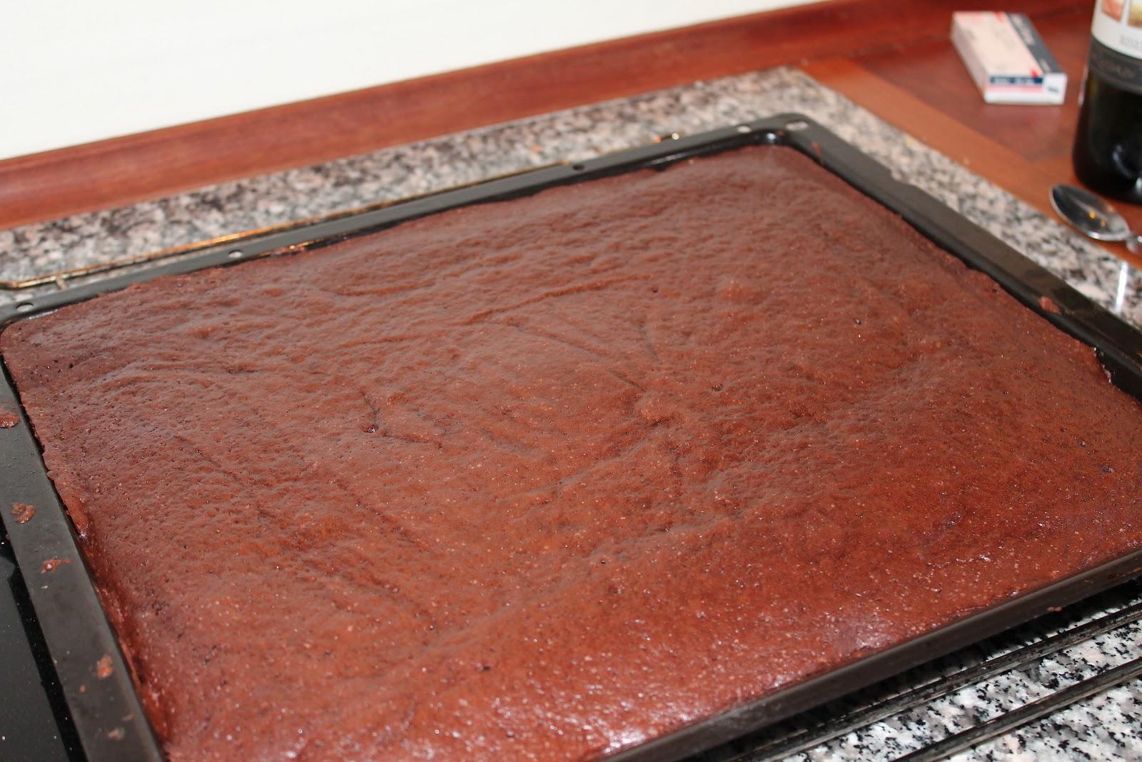 chokoladekage i stor bradepande