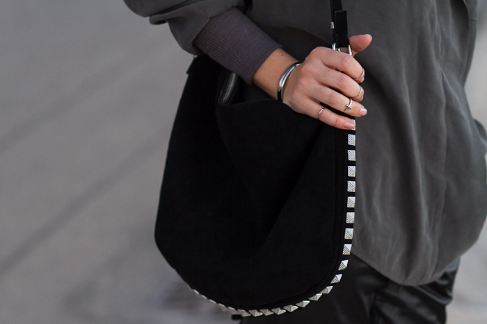 Detalle Bolso de Ante negro y tachuelas estilo Rock de Zara