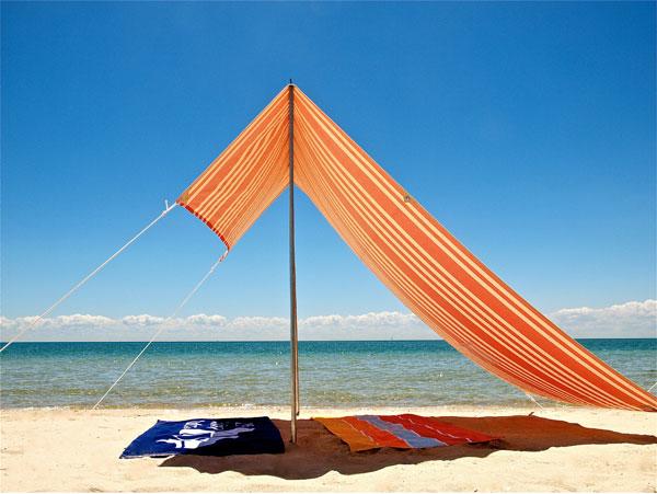 Desestr sate en la playa tr s studio blog de decoraci n interiorismo proyectos online - Toldos para la playa ...