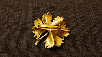 beautiful vintage gold brooch leaf