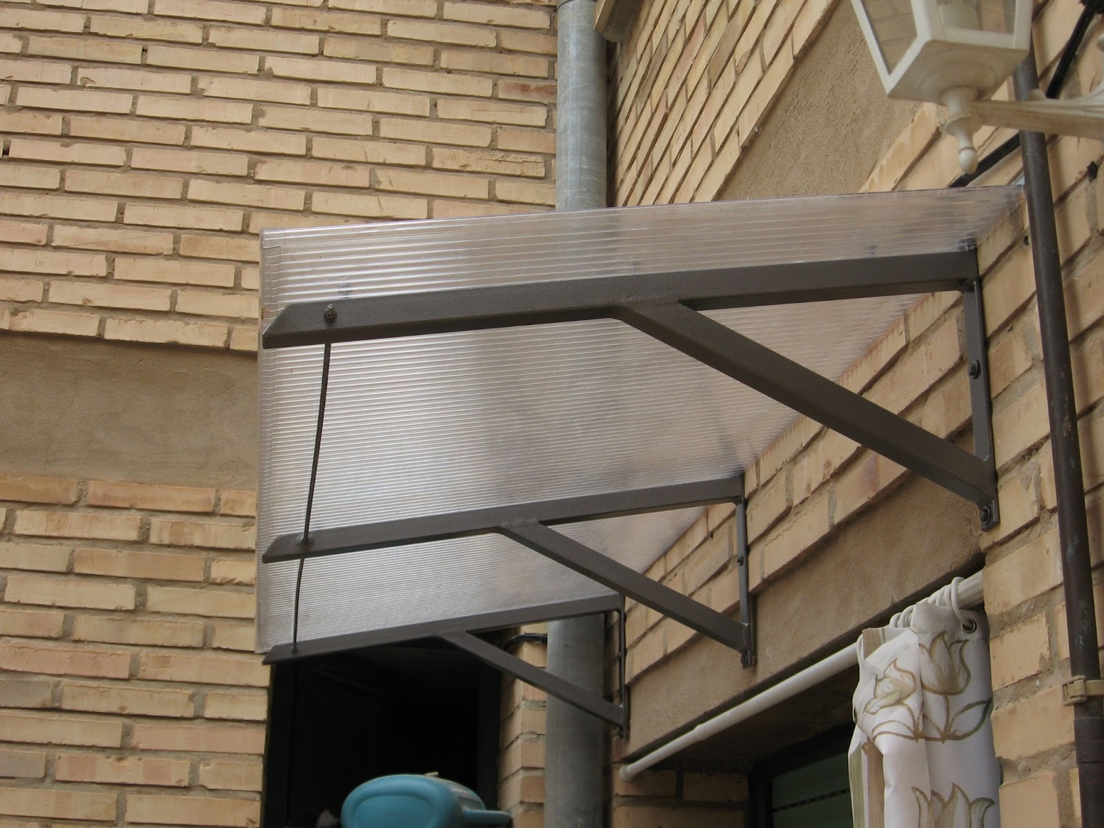 Yunke navarro alero para una puerta for Como hacer tejados de madera