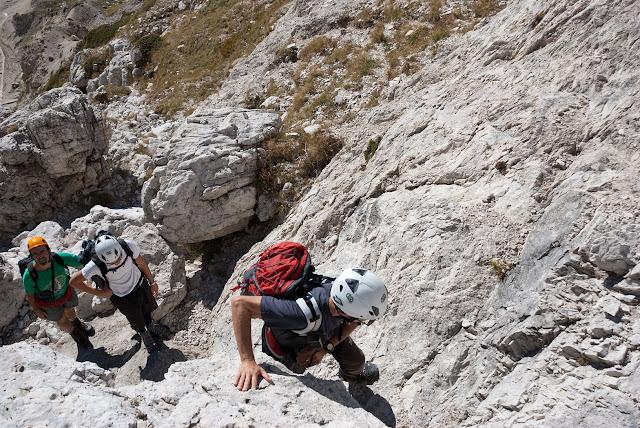 Un passaggio di facile arrampicata all'inzio della via Cieri al M. Infornace