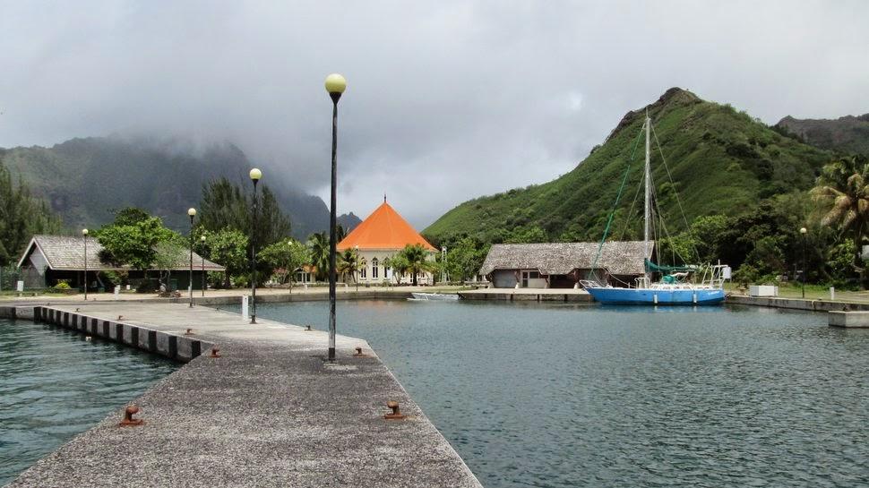 Marina et chapelle octogonale de Papetoai
