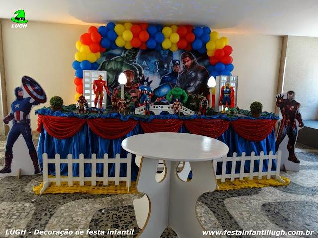 Mesa temátiva para festa de aniversário infantil com o tema Vingadores