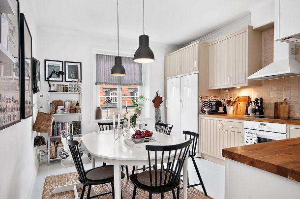http://www.lovingit.pl/zdjecie,26707,bialo-bezowa-kuchnia-z-czarnymi-krzeslami-i-lampami-w-stylu-skandynawskim-tradycyjnym.html