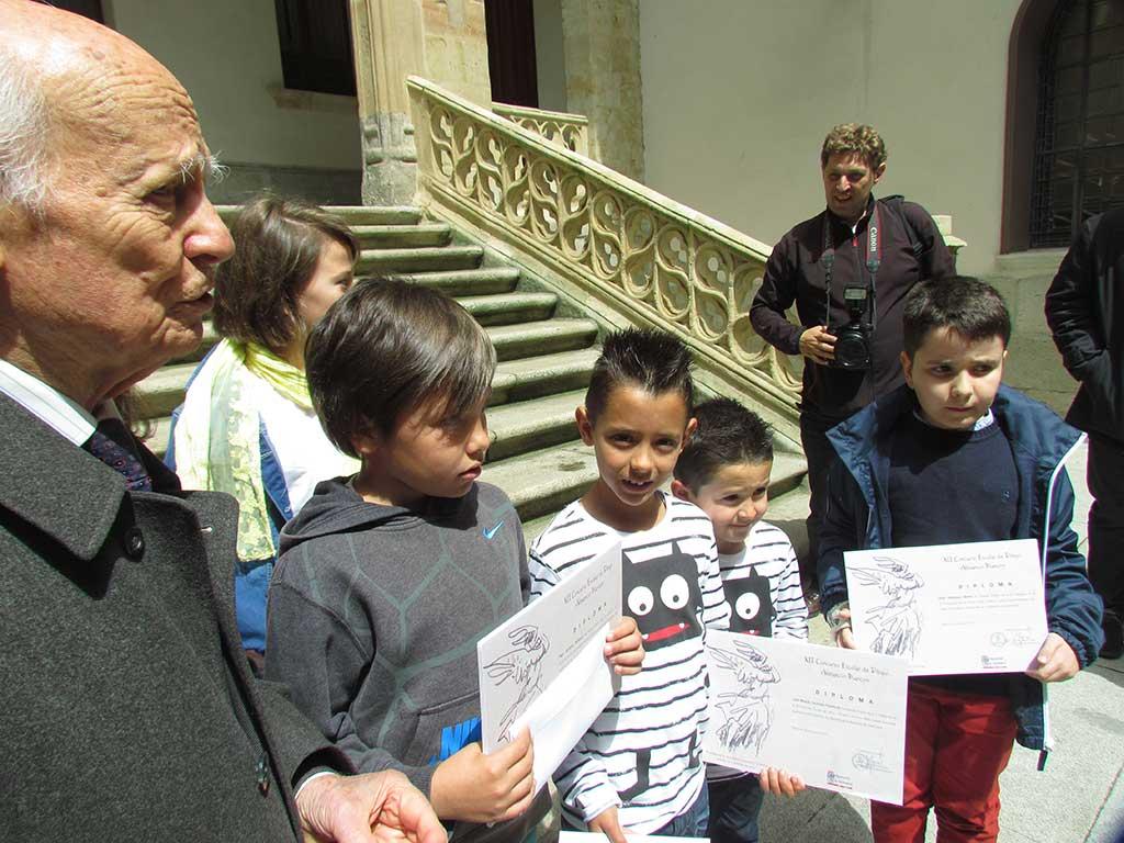 Niños premiados exhiben su diploma en la Diputacion