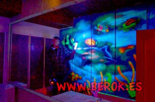 Pintura mural fluorescente de fondo marino