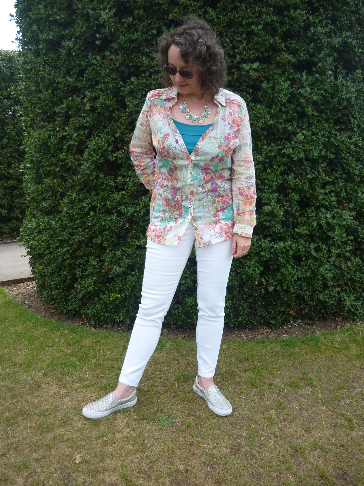 Patterned  Shirt & White Jeans | Petite Silver Vixen