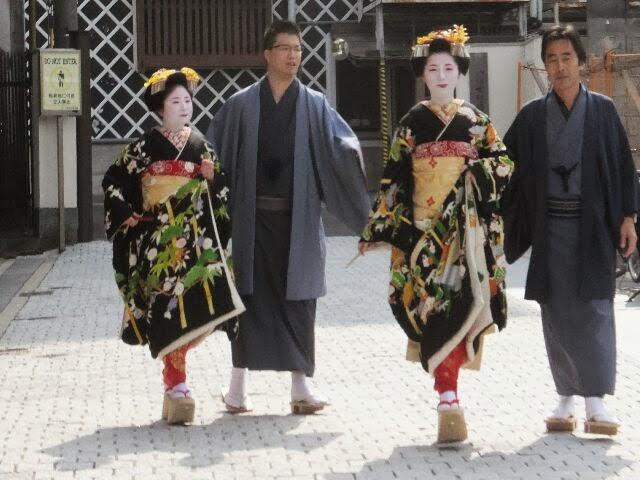 舞妓さんになるには、八坂女紅場学園に通って舞を会得しお師匠さんに認められて、はじめて舞妓になる事の許される。