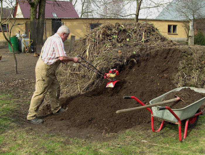 staudengarten gross potrems kompost ausbringen. Black Bedroom Furniture Sets. Home Design Ideas