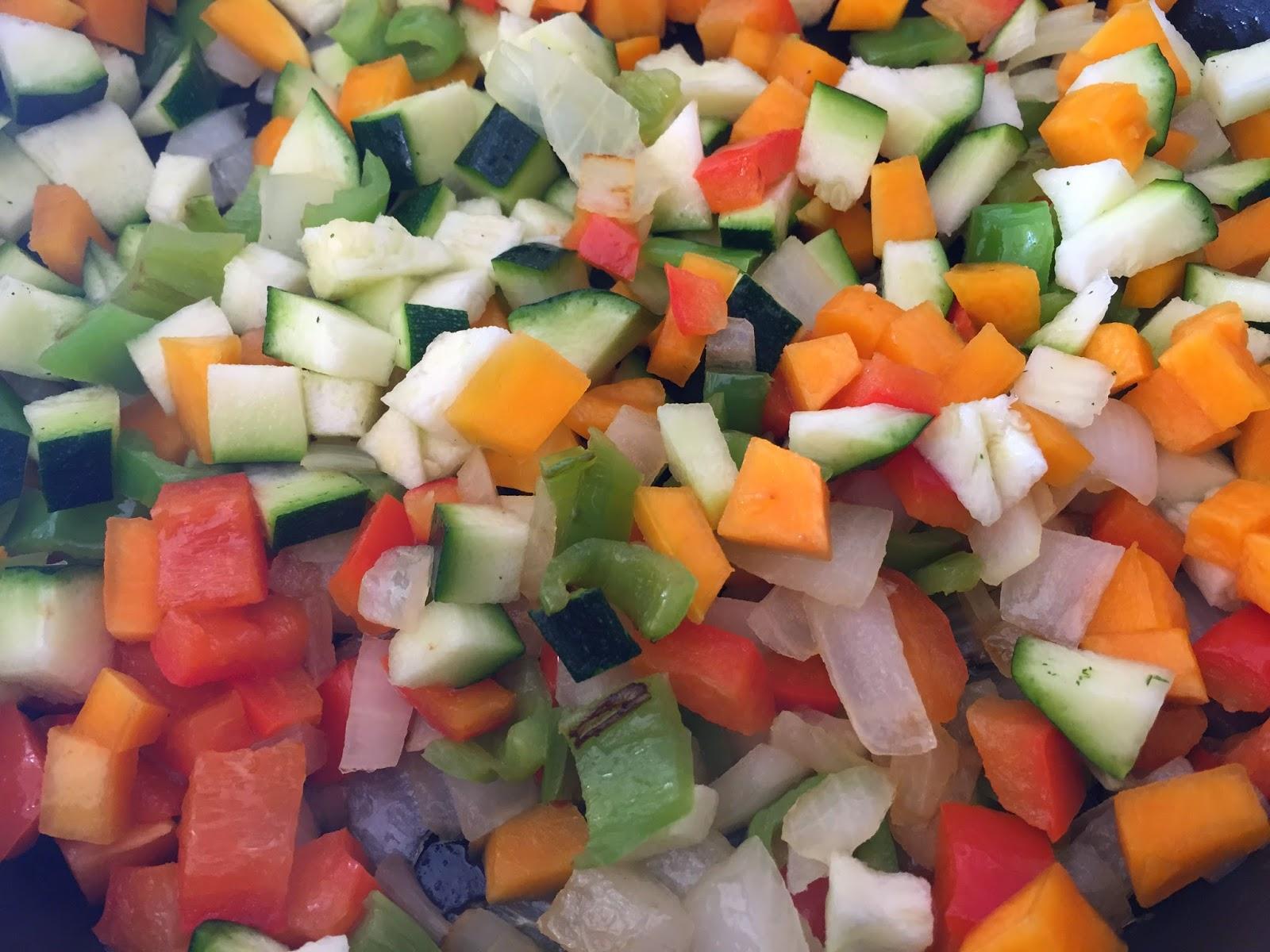 Espaguetis con verduras y salsa de soja, friendo las verduras.