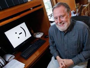 Un emoticón es una secuencia de caracteres del teclado que se utiliza para acentuar una emoción. Se coloca después del último signo de puntuación de una frase, y normalmente se lee de lado y en sentido contrario a las agujas del reloj. Entre los más conocidos destacan la sonrisa :-), el guiño ;-), el que expresa asombro :-o, el sarcasmo :-
