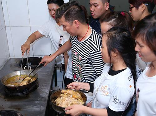 thầy trò Đàm Vĩnh Hưng cùng nhau chuẩn bị các suất ăn để làm từ thiện.