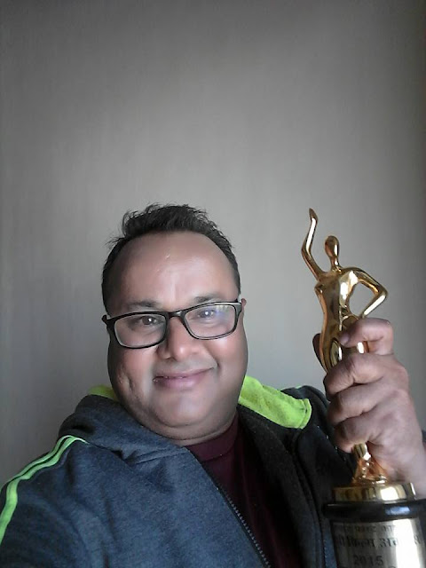 Manoj Tigar with Trophy at Bhojpuri Film Awards 2015