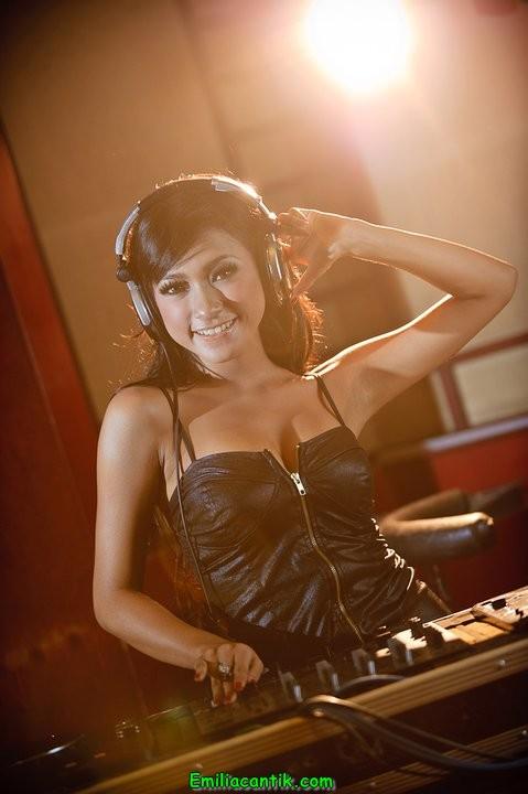 Amel Elviani DJ Seksi Club Malam Bisyar