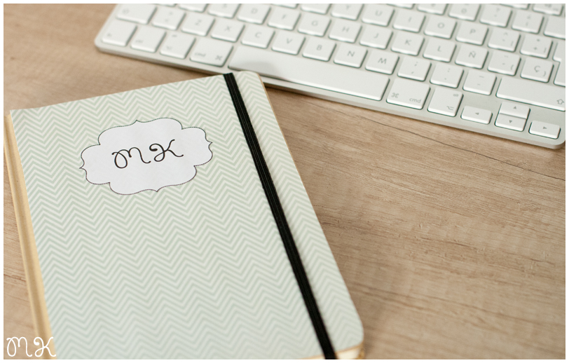 libreta miss katiuska y teclado ordenador