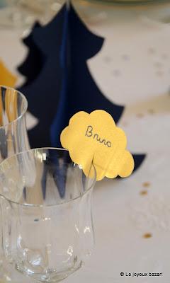 Table de Noël bleue blanche et dorée - marque place