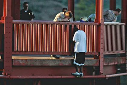 Hendak Bunuh Diri, Kepala Pria Ini Tersangkut di Pagar Jembatan