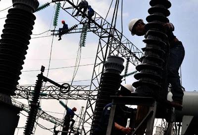 Petugas pemasangan dan pemeliharaan kabel listrik