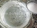 Budinca de paine preparare reteta - punem zaharul pe marginile vasului uns cu unt