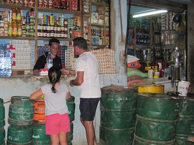 Pequeña tienda de ultramarinos regentada por mauritanos en Saly (Senegal)