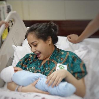 Foto Nagita gendong anak pasca melahirkan