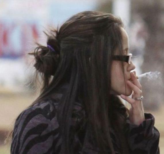Gila Perempuan Cantik Ini Mengisi Bensin Sambil Merokok