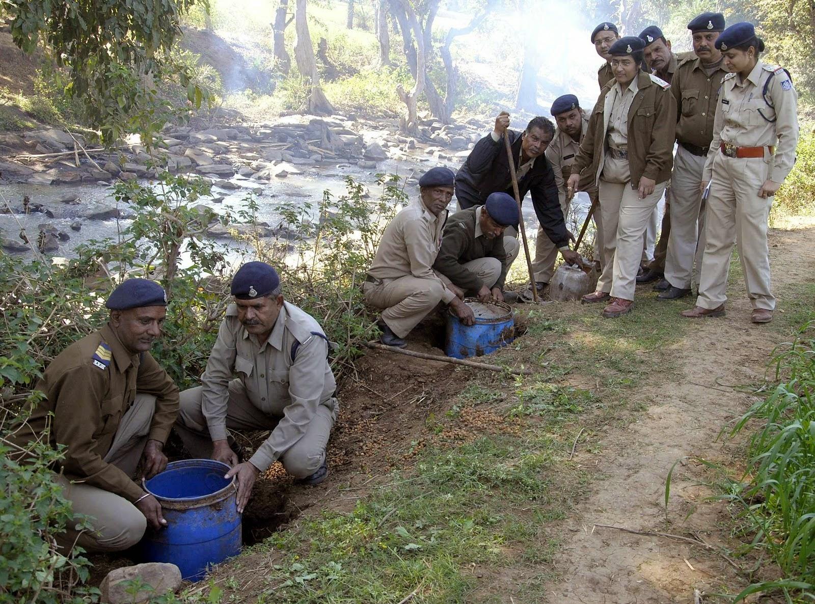 एक्साइज टीम ने पकड़ी 100 लीटर शराब (illigal-wine-excise-team-bhopal)