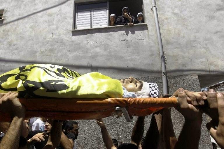 Palestinos carregam o corpo de Yusuf Abu Zagher