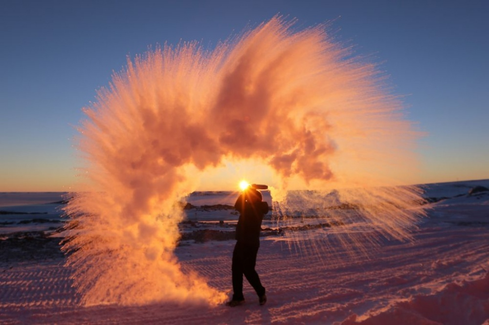 The 100 best photographs ever taken without photoshop - This is what happens if you throw hot water into the air in Antarctica