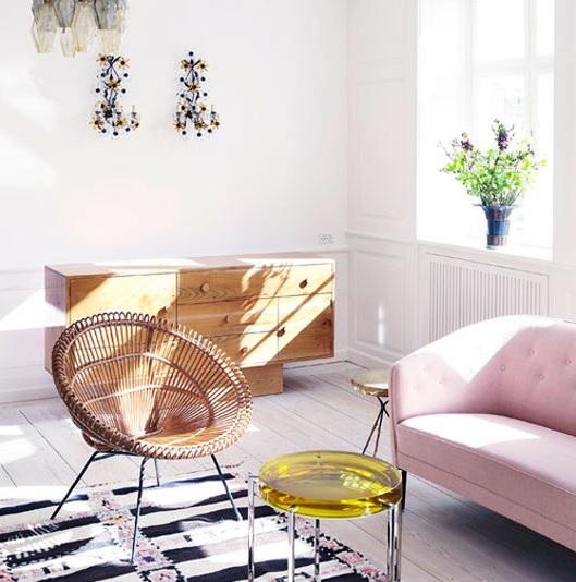decorar la pared en casa moderna y piso pequeño de estilo escandinavo. butaca redonda de mimbre moderna